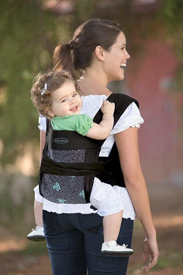 Mãe com bebê no sling mei tai